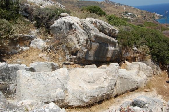 Il kouros di Apollonas riposa di fronte al mare