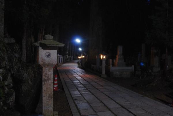 Koyasan, il sentiero di notte, fra le lanterne
