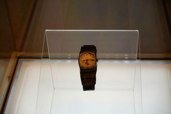 Un orologio fermo all'ora della bomba