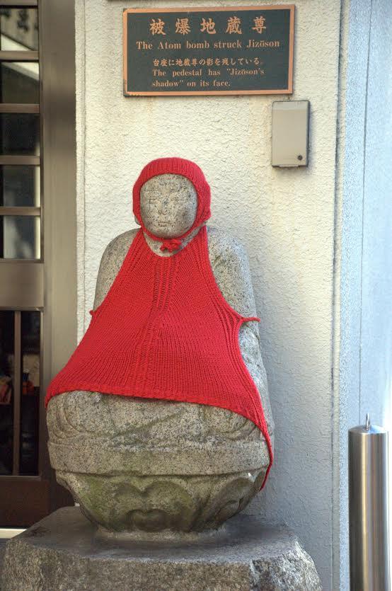 La statua di jizoson colpita dalla bomba atomica (foto di Patrick Colgan, 2011)
