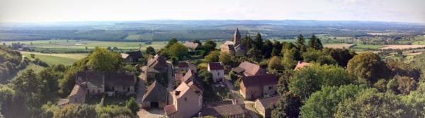 Il villaggio di Brancion (foto di Patrick Colgan, 2014 - clicca per ingrandire il panorama!)