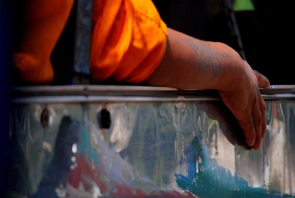 Il braccio tatuato di un monaco, sul tuk tuk accanto al nostro, fermo al semaforo rosso (foto di Patrick Colgan, 2014)