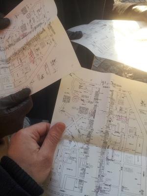 Momento di studio delle mappe del quartiere, un po' intricato